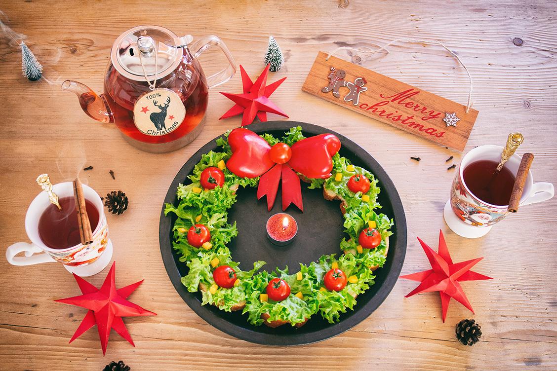 Belegte Broetchen als pikanter essbarer Weihnachtskranz