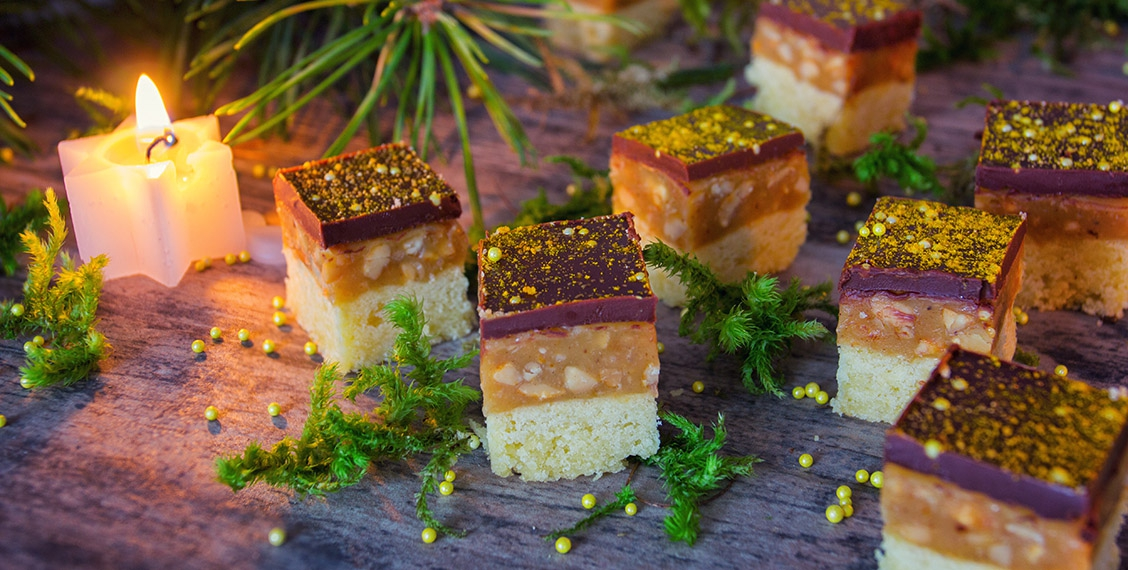 Erdnuss-Karamell-Würfel mit Curcuma und Sternenstaub